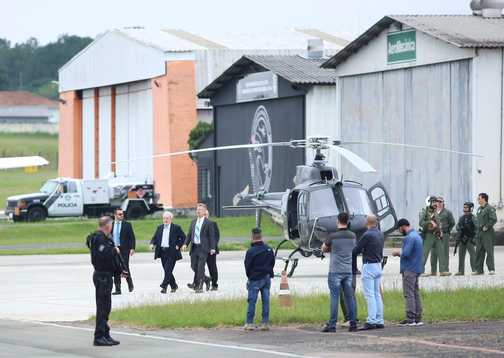 Lula chegou ao Aeroporto do Bacacheri para embarcar para São Bernardo do Campo pouco depois das 7h — Foto: Giuliano Gomes/PR Press