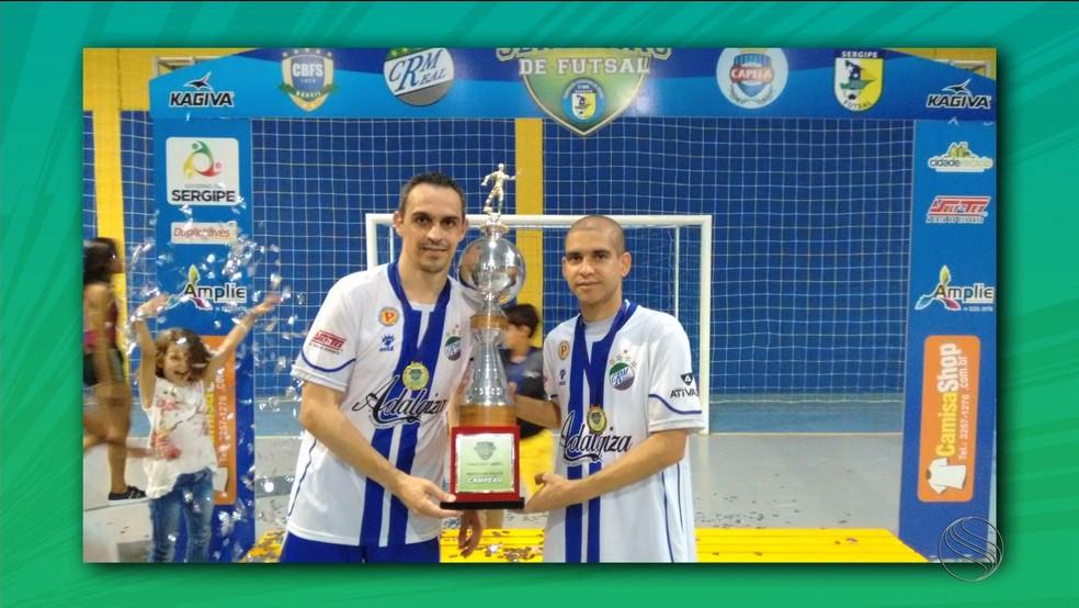 Pita e Bebeto foram campeões juntos da Copa TV Sergipe de Futsal em 2015, com a seleção de Moita Bonita (Foto: José Gilton)