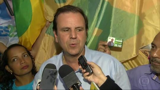 Eduardo Paes promete retomar o funcionamento do teleférico do Alemão