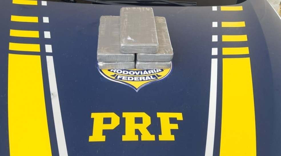 A PRF encontrou cinco tabletes com cocaína dentro do veículo do casal em Mossoró — Foto: Divulgação