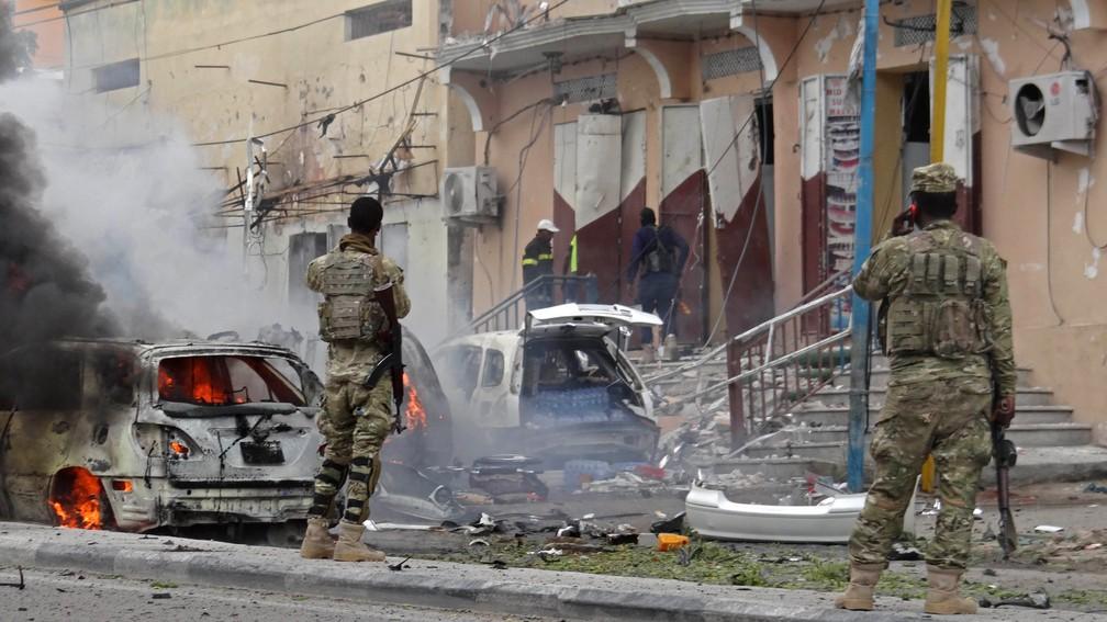 Veículos queimados após explosão na principal avenida de Mogadíscio, Somália, neste domingo (30) (Foto: STR/AFP)