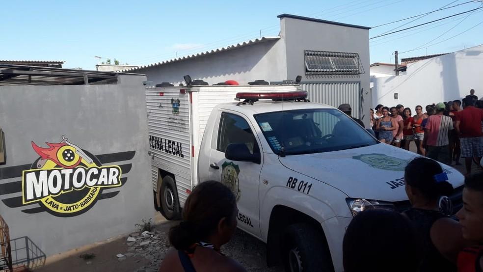 Homens foram assassinados dentro de um lava jato na Zona Norte de Natal — Foto: Heloísa Guimarães/Inter TV Cabugi