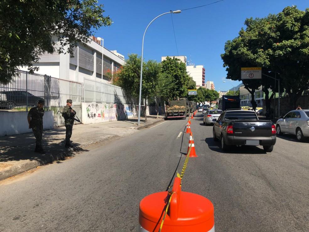 Parte da Rua João Paulo I já está interditada (Foto: Carlos Brito/G1)
