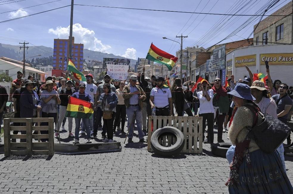 Manifestantes bloqueiam ruas de La Paz na sexta-feira (25), contra reeleição de Evo Morales na Bolívia — Foto: Jorge Bernal/AFP