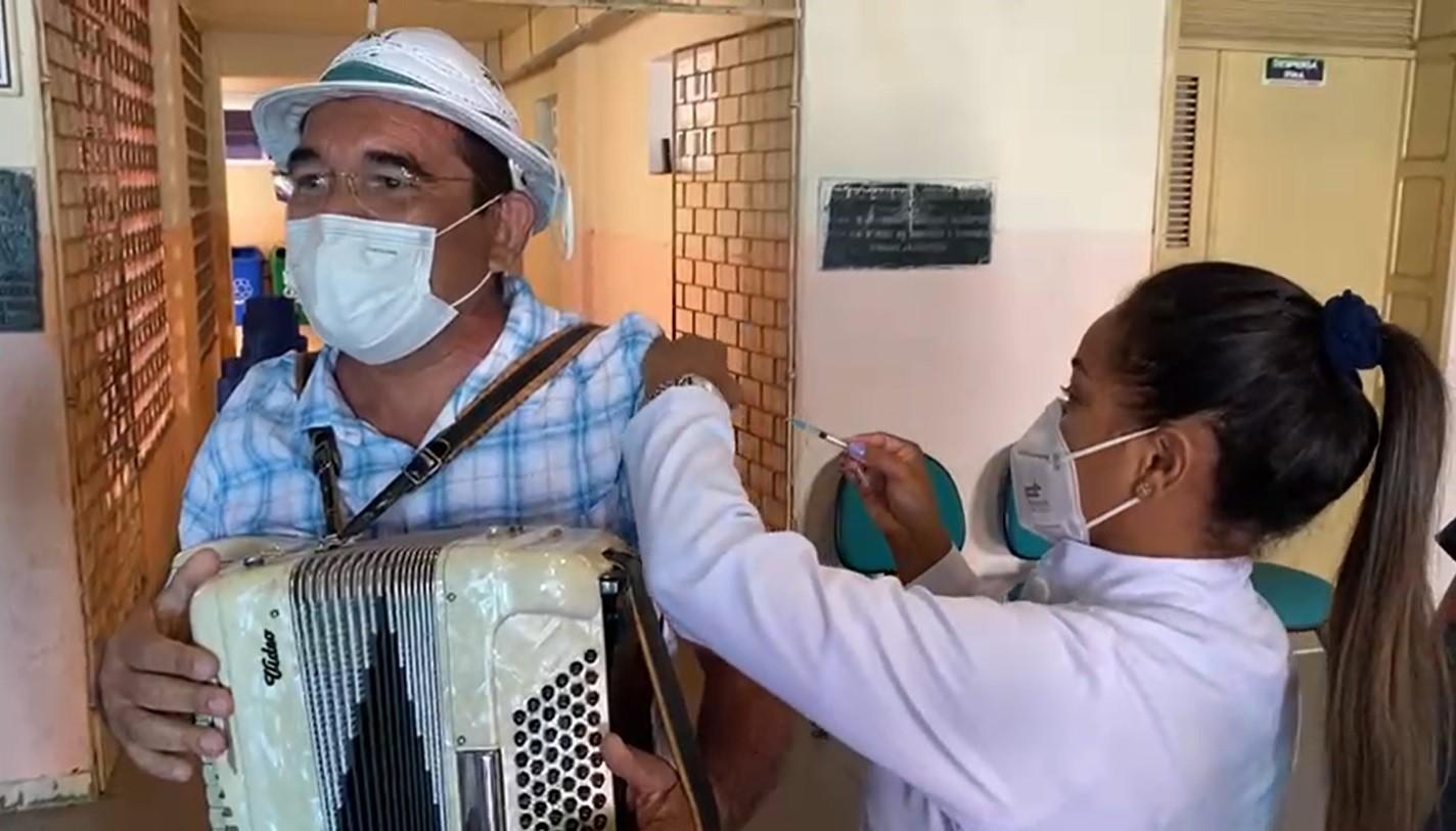 Sanfoneiro recebe vacina contra Covid-19 e faz apresentação em ponto de vacinação no Ceará