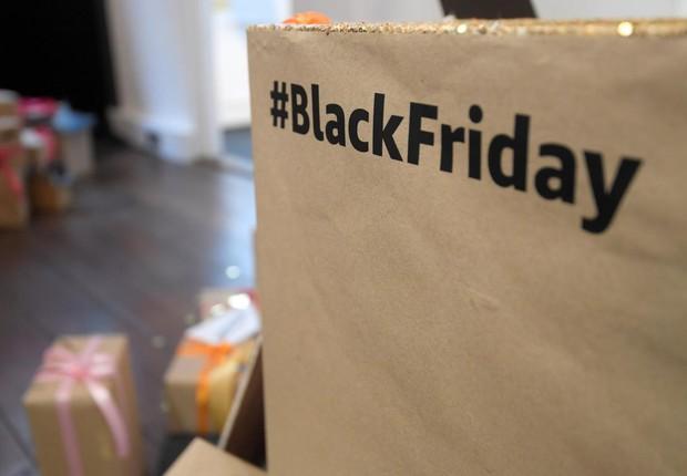 Loja anuncia produtos com desconto durante a Black Friday em Londres (Foto: Toby Melville/Reuters)