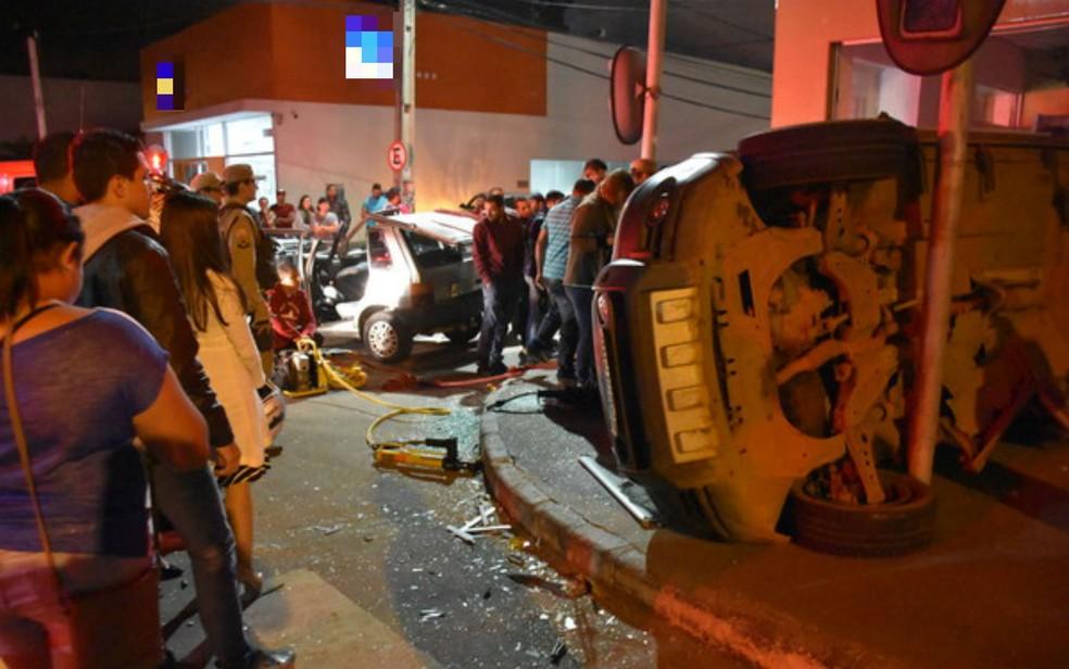 Carro só parou de capotar ao chocar com poste de sinalização (Foto: Anderson Oliveira/Blog do Anderson)