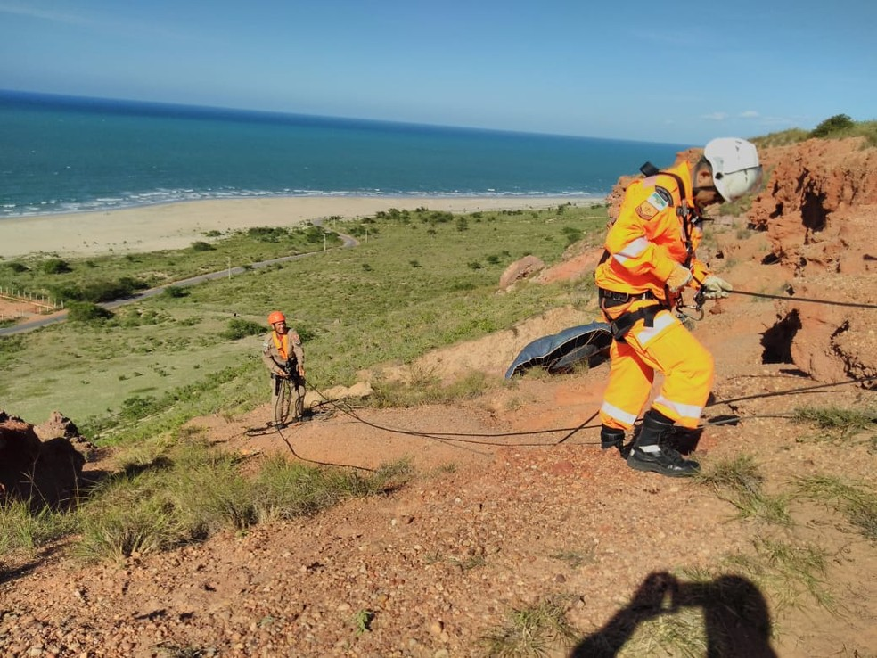 Corpo de Bombeiros atuou durante 4 horas na operação de resgate do corpo em Ponta do Mel, Areia Branca — Foto: Divulgação/CBM