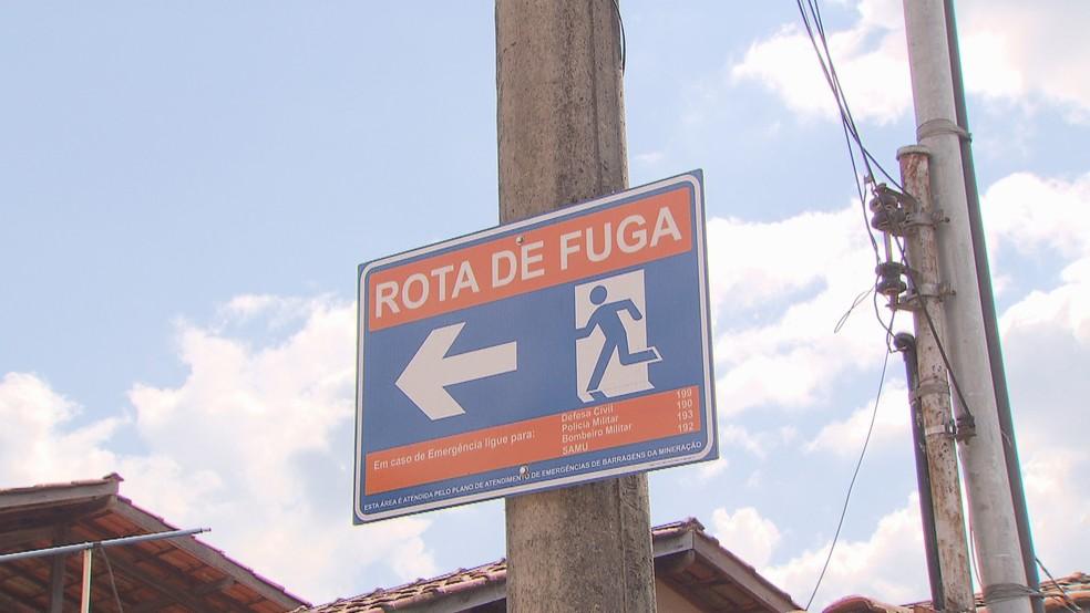 Placas indicam rota de fuga em caso de rompimento de barragem, em Itabira — Foto: Reprodução/TV Globo