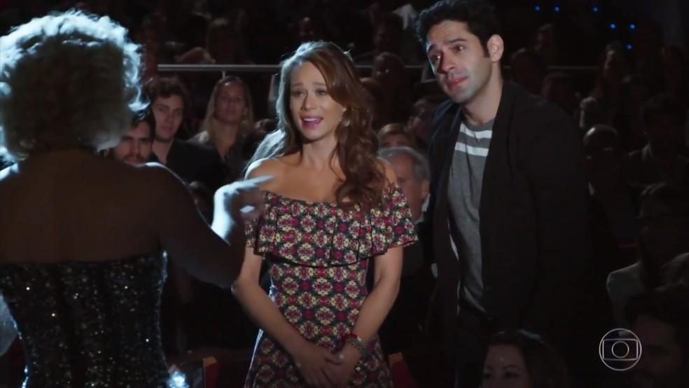Tancinha (Mariana Ximenes) e Beto (João Baldasserini) ficam emocionados ao conversar com Claudia - 'Haja Coração' — Foto: Globo