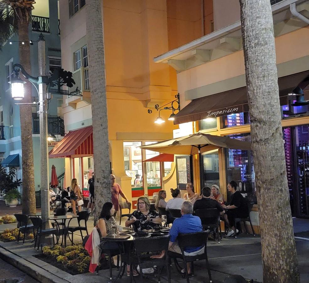Imagem mostra bar com pessoas sem máscara nas ruas de Orlando, na Flórida — Foto: Arquivo pessoal