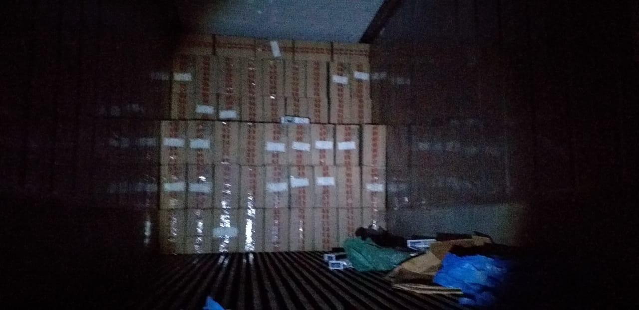 Polícia apreende maços de cigarros contrabandeados em Araçoiaba da Serra
