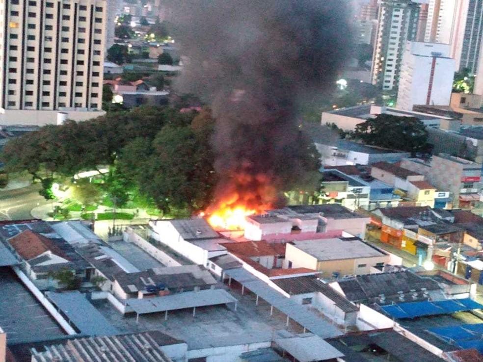 Incêndio atinge padaria na região central de São José. — Foto: Elcio Silva/Novo Vanguarda Repórter