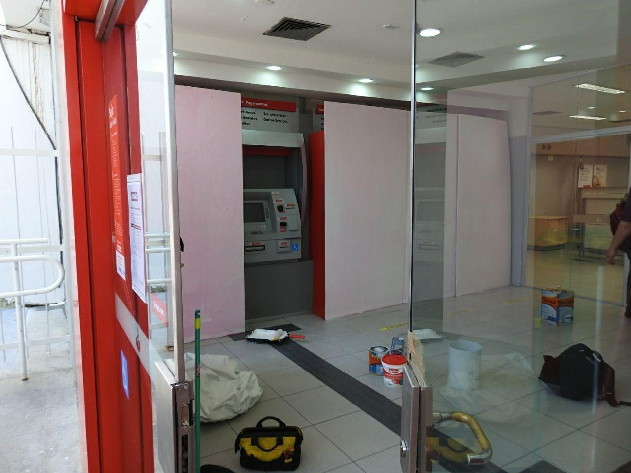 Assaltantes invadem agência e arrombam caixas eletrônicos no Centro de Manaus