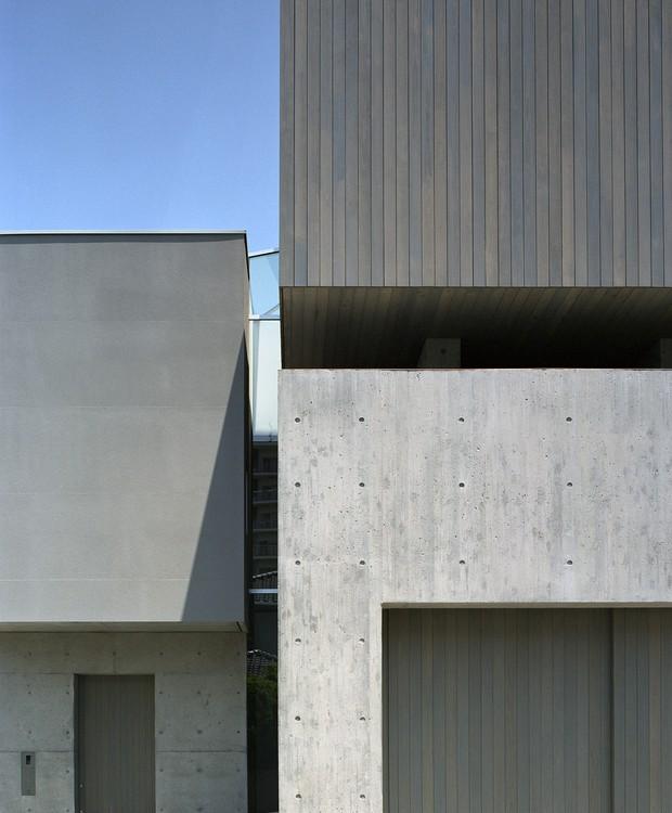 Os vãos entre os blocos da casa fazem com que as estruturas pareçam flutuar (Foto:  Katsuya Taira/Studio Rem/ Deezen / Reprodução)