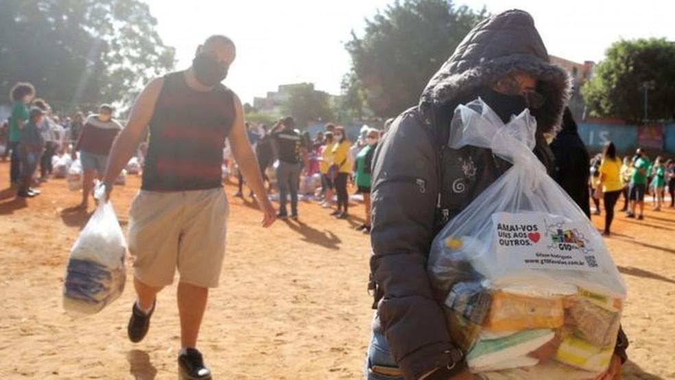 Moradores da favela de Paraisópolis recebem cestas básicas doadas durante a pandemia — Foto: Reuters