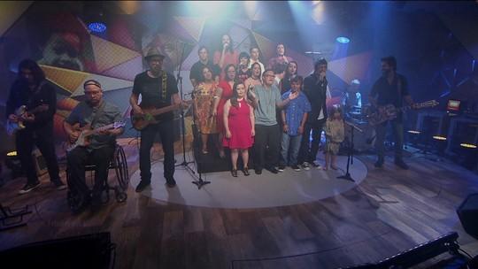 Pessoas com Down cantam com time de músicos no palco do Fantástico