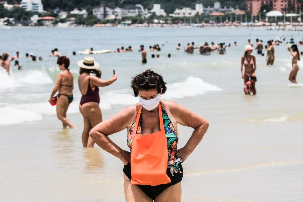 Praia do Norte da Ilha estava lotada nesta quinta-feira  — Foto: Diorgenes Pandini/ NSC