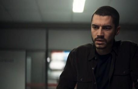 Na segunda-feira (9), Camilo (Lee Taylor) descobrirá que Chiclete (Sergio Guizé) era um matador Reprodução