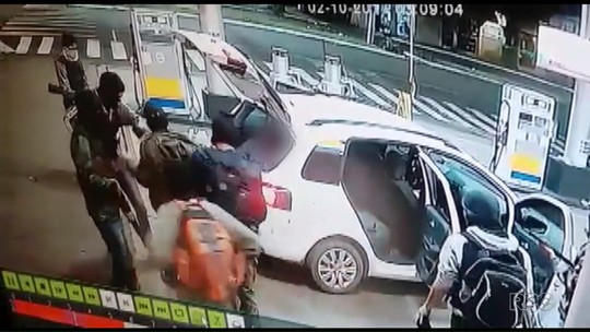 Ladrões usam reféns como escudo e fogem em carro lotado; VÍDEO
