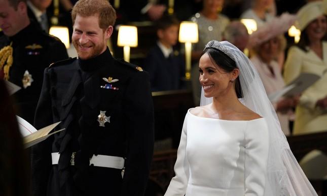 O casal Meghan Markle e Harry de mãos dadas