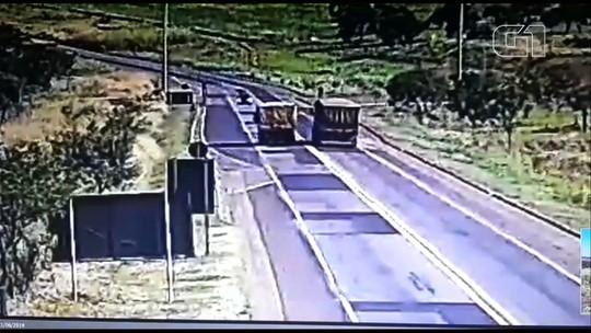 Caminhoneiro leva R$ 4,5 mil em multas após ultrapassar caminhão em área proibida e 'jogar' carro para acostamento