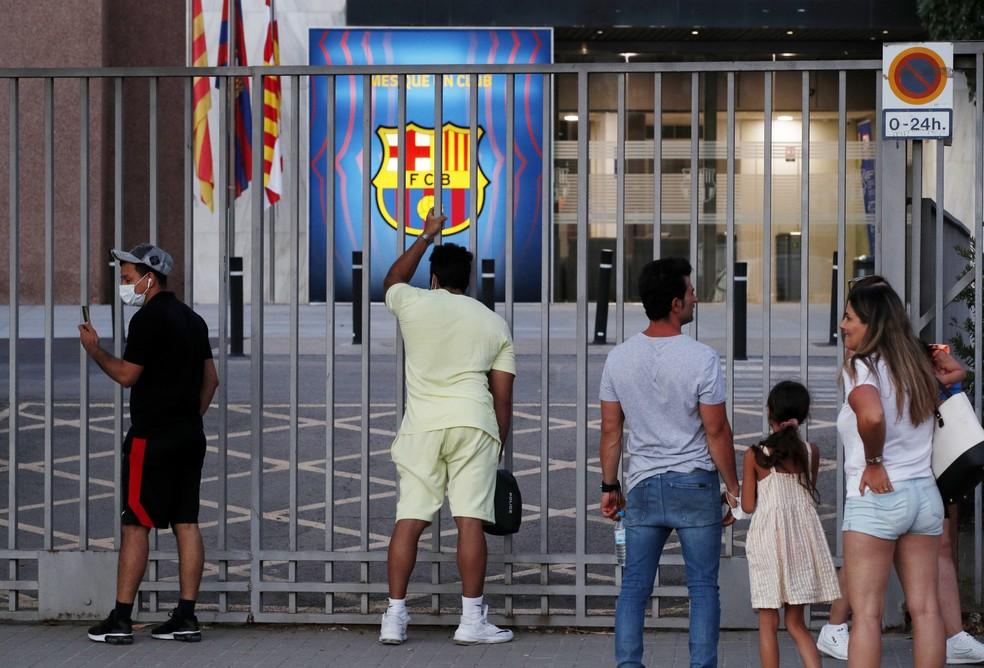 Torcedores do Barcelona na porta do Camp Nou após o anúncio da saída de Lionel Messi — Foto: REUTERS/Albert Gea