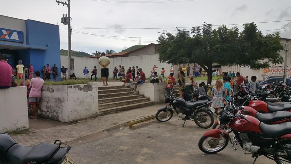 Nesta segunda-feira (30), moradores formaram longa fila em agência bancária de Itapajé, no Ceará. — Foto: Reprodução