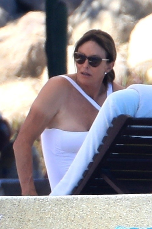 Cabo, MEXICO  - Caitlyn Jenner and Sophia Hutchins show off their beach bods as they enjoy their vacation. Caitlyn and Sophia look great as they soak up the sun on the resort beach.Pictured: Sophia HutchinsBACKGRID USA 28 OCTOBER 2018 BYLINE M (Foto: HEM / BACKGRID)