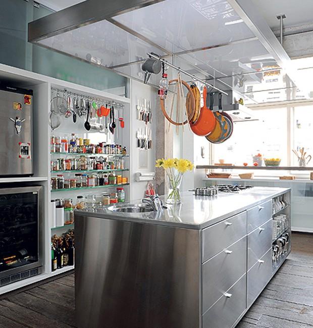 Idealizada pela moradora Beia de Carvalho e seu filho, a cozinha tem muitas superfícies em aço inox e vidro que refletem a farta luz que entra pela janela  (Foto: Codo Meletti e Marcelo Magnani/Casa e Jardim)