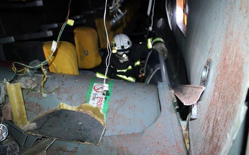 Ônibus ficou tombado na via — Foto: Reprodução/Blog Braga
