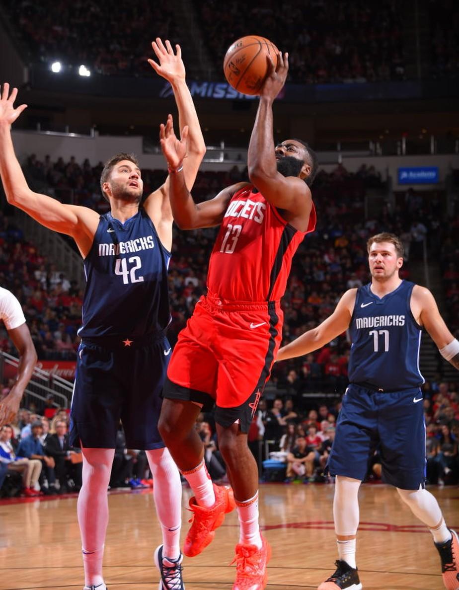 Doncic leva a melhor em duelo com Harden, e show ofensivo dos Mavericks derruba os Rockets