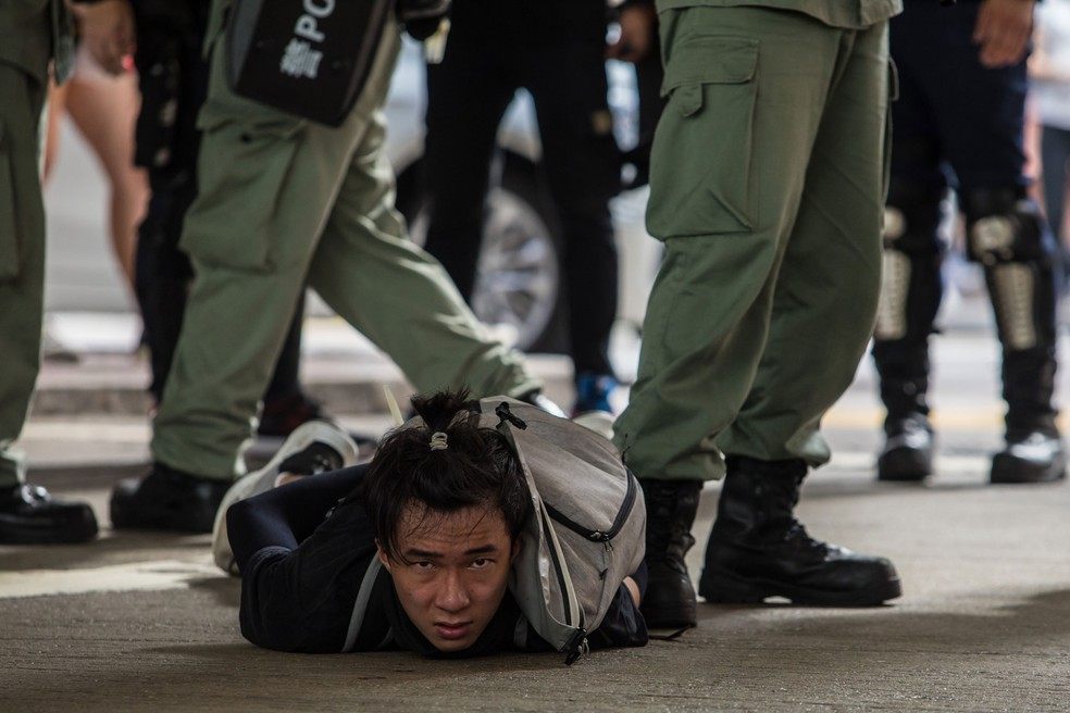 Polícia de choque detém um homem que participava de manifestação contra uma nova lei de segurança nacional em Hong Kong nesta quarta-feira (1º)  — Foto: Dale De La Rey / AFP