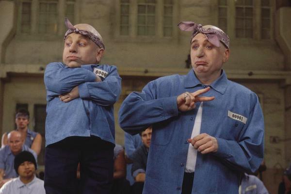 O ator Vern Troy e o ator Mike Myers em cena de um dos filmes da franquia Austin Powers (Foto: Reprodução)