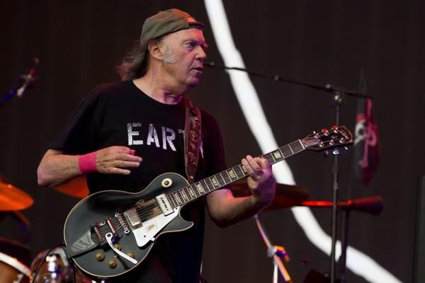 Neil Young and Crazy Horse no palco do British Summer Festival em Julho de 2014 (Foto: Getty Images)