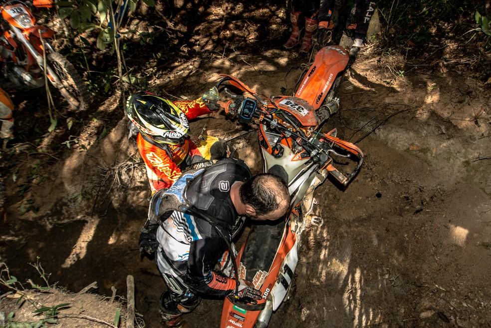 Uma moto potente e, sobretudo, resistente, é fundamental para se dar bem no hard enduro... — Foto: Gustavo Narciso