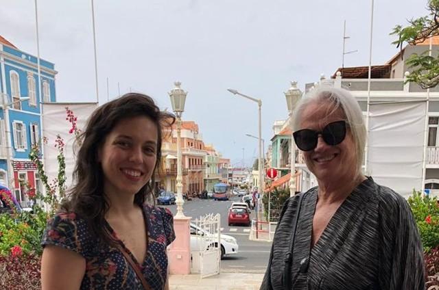 Sara Antunes com Vera Holtz em Cabo Verde (Foto: Sandro Fonseca)