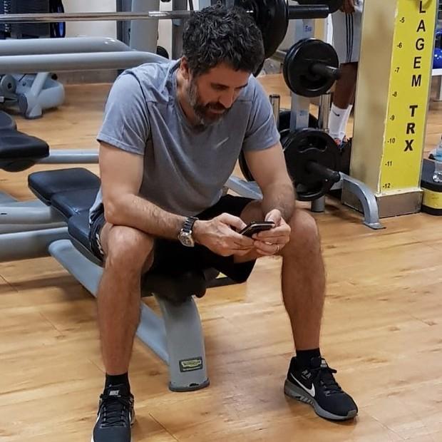 Eriberto Leão flagrado ao celular na academia (Foto: Instagram/Reprodução)