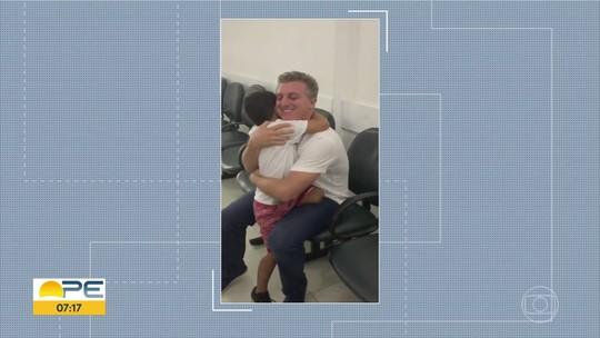 Criança que faz tratamento contra câncer no Recife recebe visita de Luciano Huck