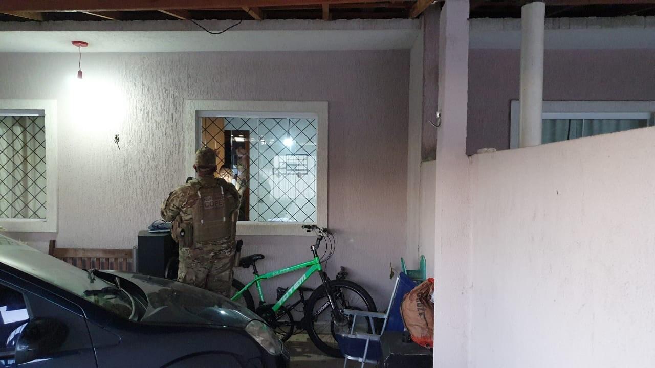 Polícia Civil faz operação no litoral do Paraná e em SC contra organização criminosa suspeita de matar casal
