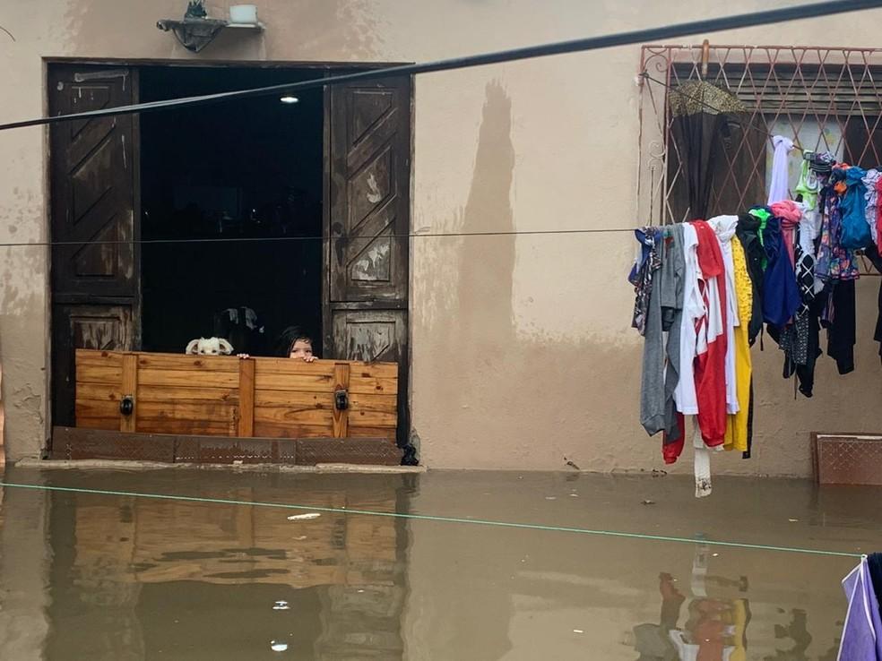 Família do pedreiro Jefferson Flávio precisou colocar pertences para fora de casa após chuvas em Natal — Foto: Mariana Rocha/Inter TV Cabugi