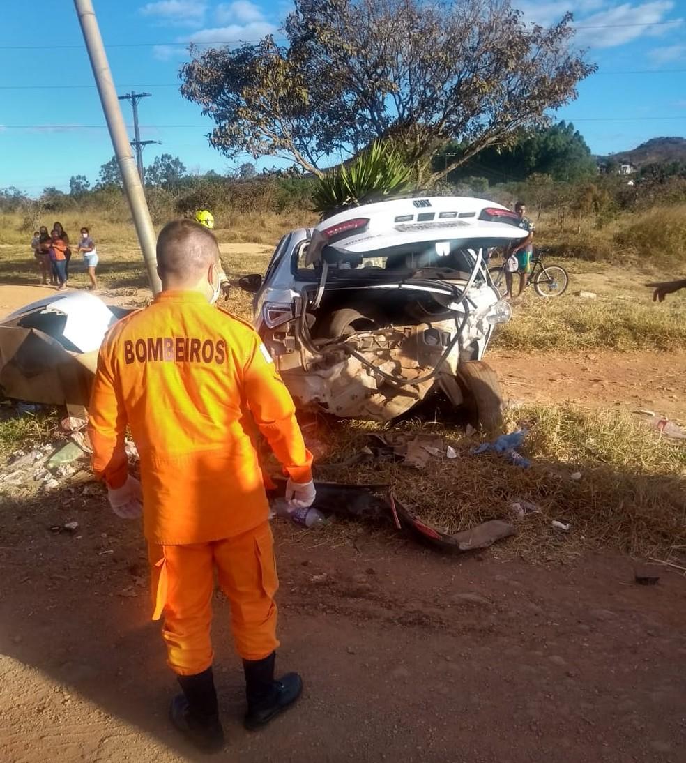 Com o impacto, carro de Felipe Alves, de 24 anos, foi arremessado contra poste de iluminação no DF — Foto: Corpo de Bombeiros do DF/Divulgação