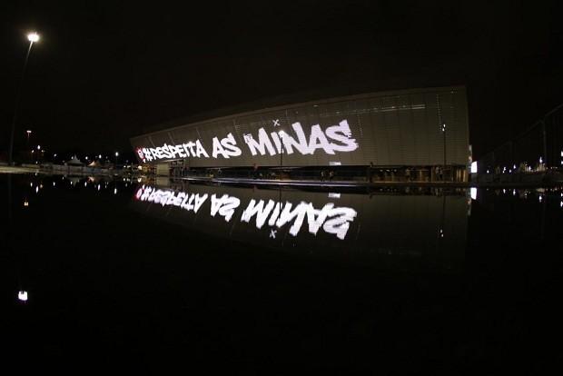 A fachada da Arena Corinthians no jogo que homenageou as mulheres (Foto: Bruno Teixeira)