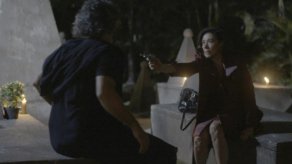 Valentina (Lilia Cabral) ameaça o desconhecido que a beijou no cemitério, na novela 'O Sétimo — Foto: TV Globo