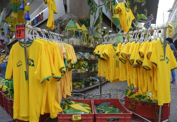Copa do Mundo: No Saara, comércio popular no centro do Rio, decorado com bandeiras do Brasil, para onde se olha, as lojas exibem as cores verde e amarelo da camisa da seleção  (Foto: Agência Brasil/Fernando Frazão)