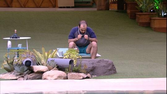 Mahmoud fica sozinho na beira da piscina em noite de Eliminação
