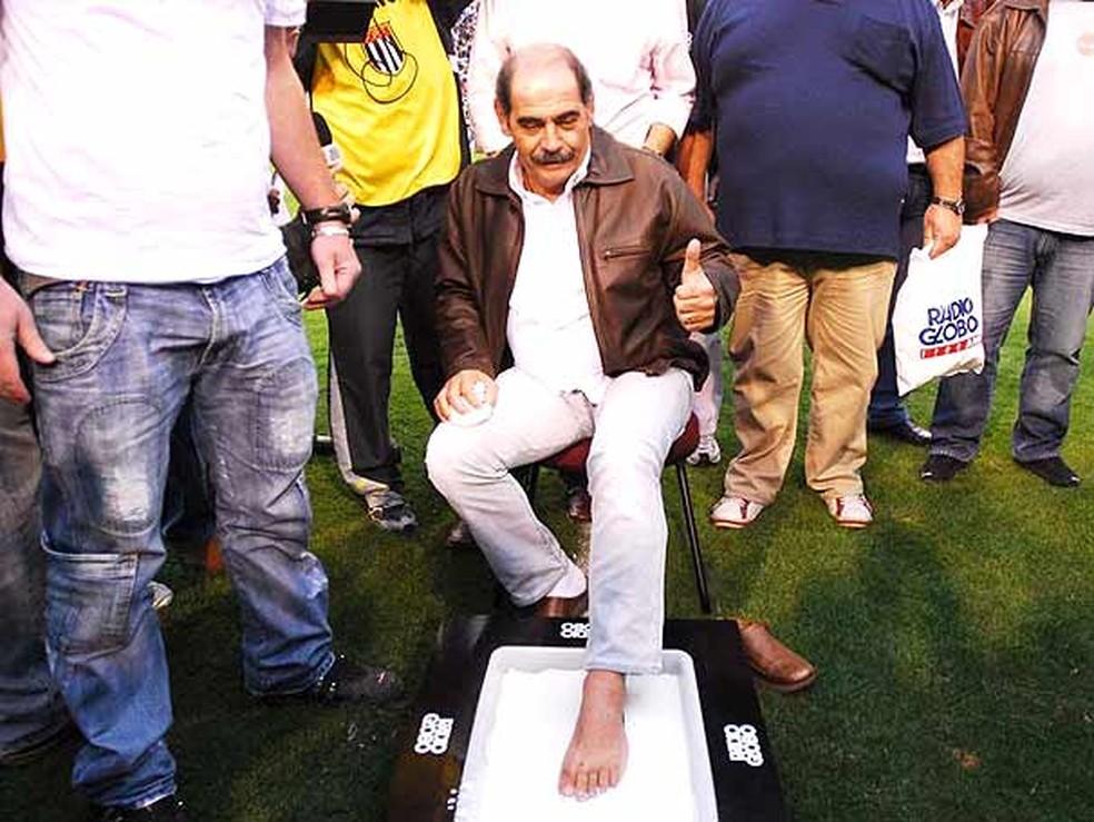 Rivellino na calçada da fama do Pacaembu: pé esquerdo mais votado (Foto: Carlos Augusto Ferrari - GloboEsporte.com)