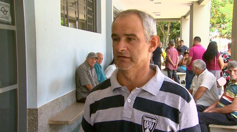 Durante velório em Monte Alto, SP, o pedreiro Valdeci Garozzi, tio de Leandro, cobra punição a motoristas bêbados — Foto: Ronaldo Gomes/EPTV
