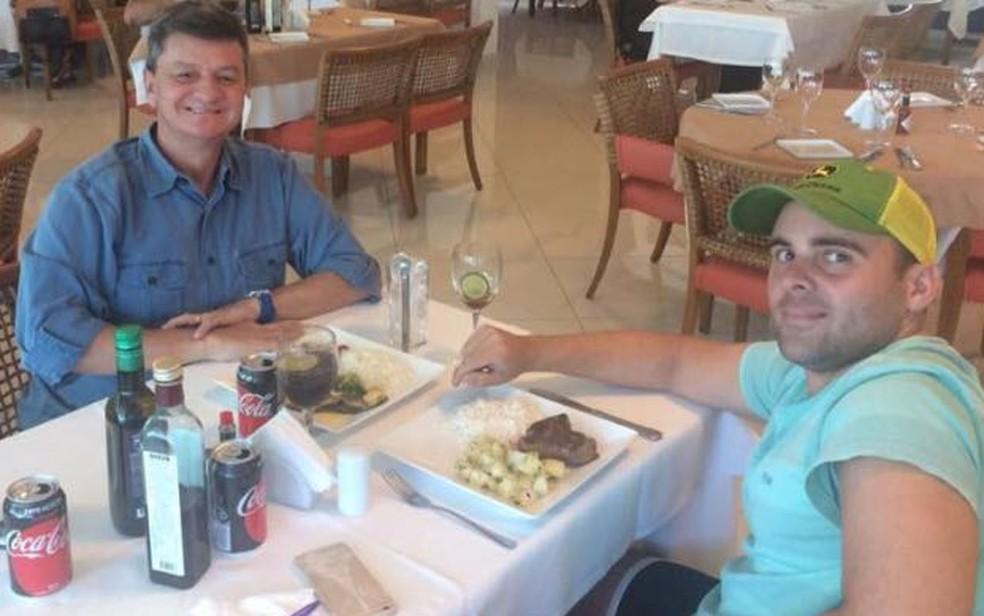 Coronel e o piloto Felipe Ramos Morais almoçam juntos (Foto: Redes sociais)