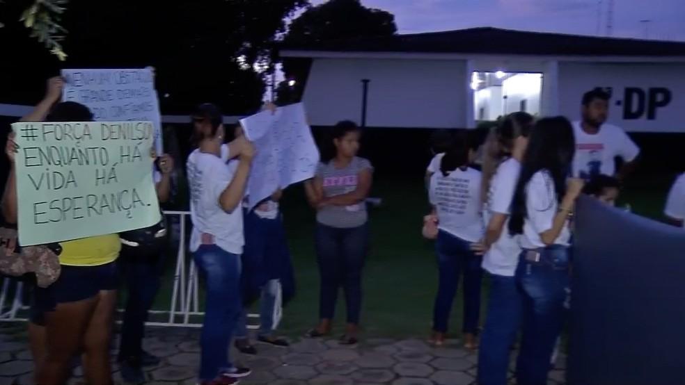 Família e amigos carregavam cartazes e faixas — Foto: TVCA/Reprodução